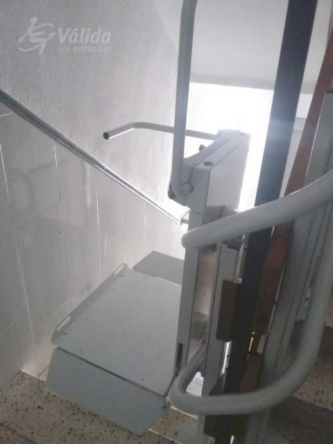Pujar i baixar escales amb una plataforma elevadora de Válida sin barreras