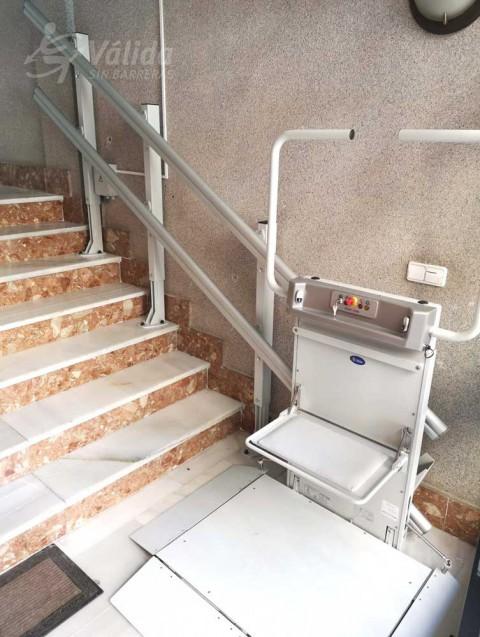 Pujar i baixar escales en cadira de rodes amb una plataforma elevadora a València