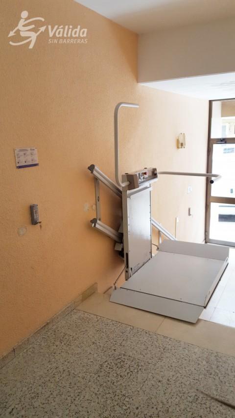 plataforma pujaescales instal·lada a comunitat de veïns de Berga