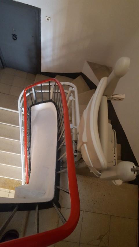 cadira per pujar escala corba a tarragona amb acabat blanc