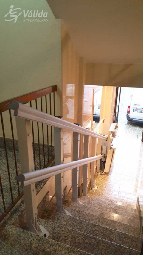 Instal·lació de plataforma elevadora per a persones en cadira de rodes