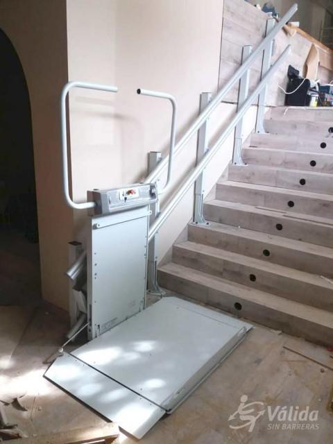 Muntatge de pujaescales per millorar l'accessibilitat de persones amb poca mobilitat