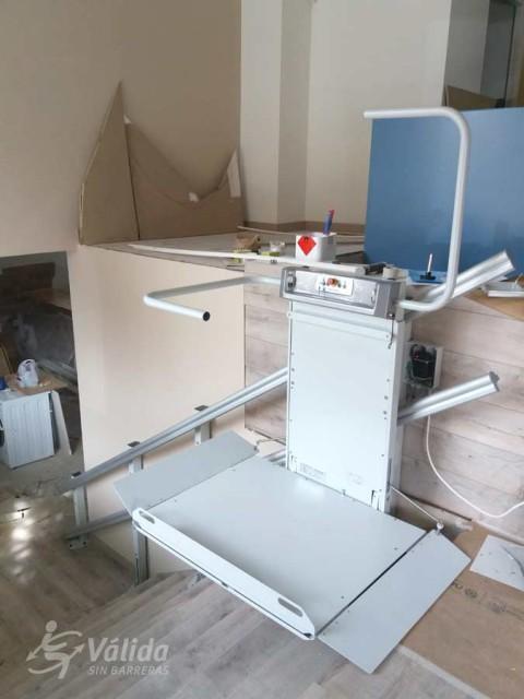 Plataforma elevadora per a persones en cadira de rodes instal·lada a Madrid