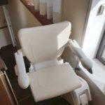 pujar i baixar amb una cadira pujaescales per millorar l'accessibilitat a Sant Cugat del Vallés