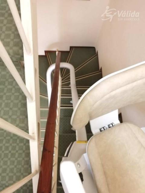 pujar i baixar escales amb una solució pujaescales per persones d'avançada edat
