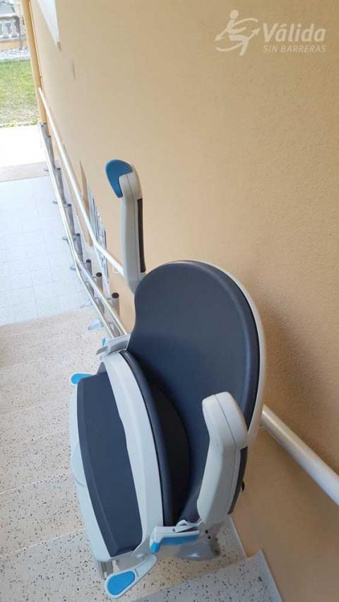 muntatge de cadira elevadora a intemperie per a pujar i baixar escales