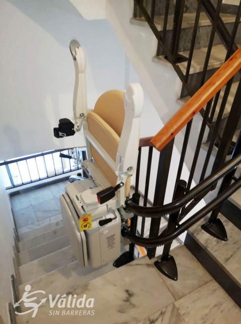 instala·lació de cadira salvaescales per a suprimir les barreres arquitectóniques