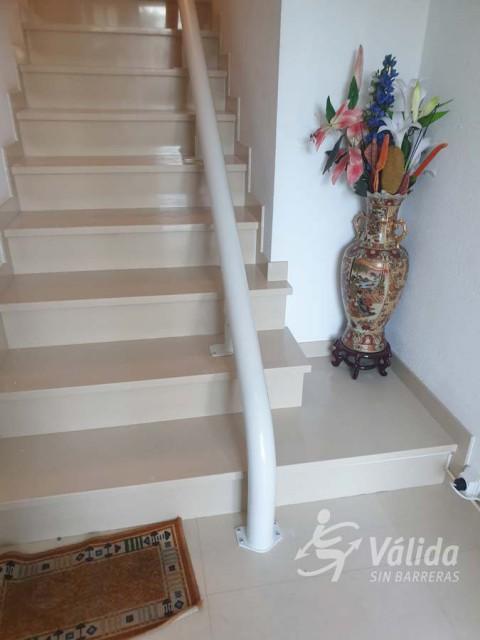 Salvaescales per tram d'escales amb corba a El Vendrell