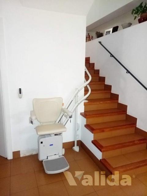 Cadira salvaescala per casa particular amb dos plantes