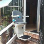 Silla salvaescaleras instalada en exterior de casa particular de Illescas, en Toledo