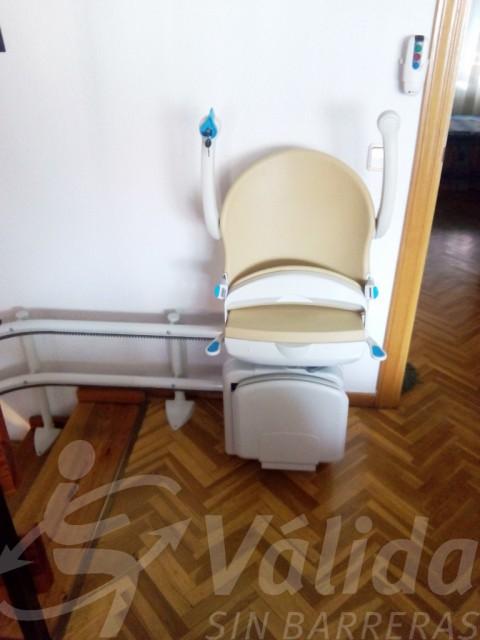 Socius cadira pujaescales instal·lada a Àvila per a millorar l'accessibilitat