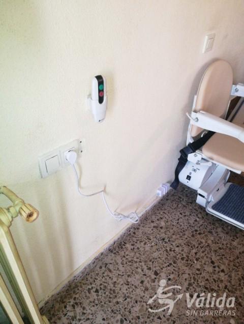 Cadira salvaescales amb comandaments a distancia i sensores de seguretat