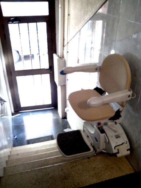 Cadira salvaescales amb plegat per a deixar lliure l'escala