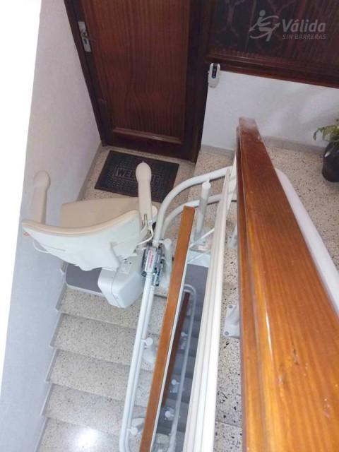 instal·lació d'elevador a escala multiplanta per persones amb poca mobilitat