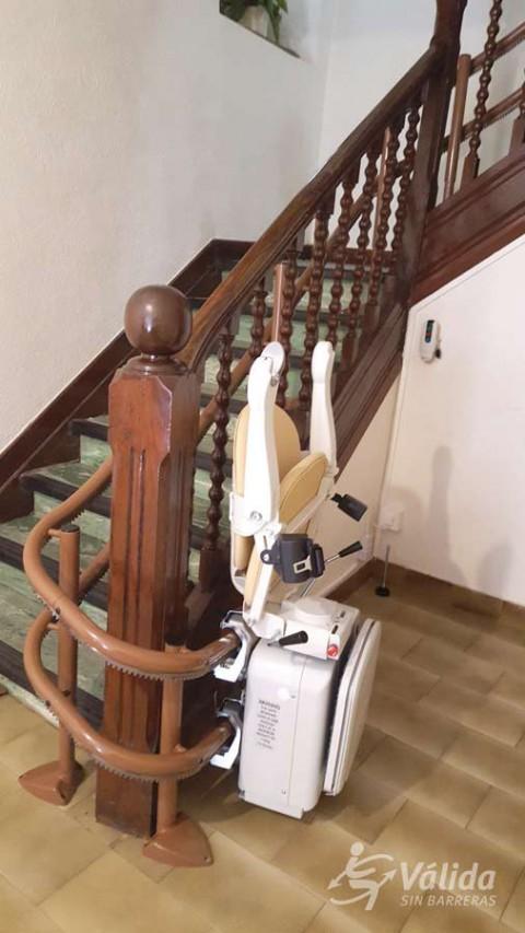 Pujar i baixar escales amb una cadira pujaescales per persones d'avançada edat