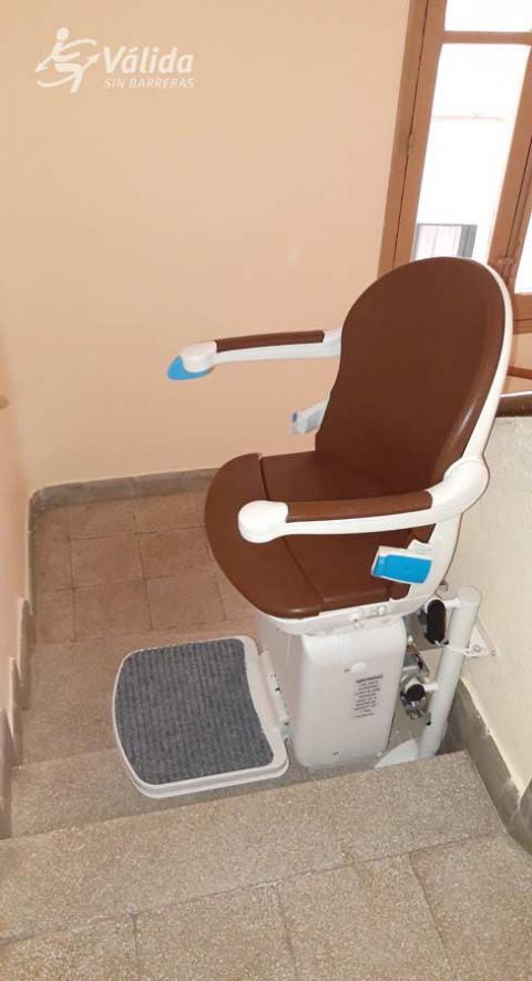 Pujar i baixar escales amb una cadira elevadora per millorar l'accessibilitat
