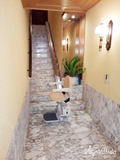cadira salvaescales instal·lada en interior de casa particular a La Riera de Gaià