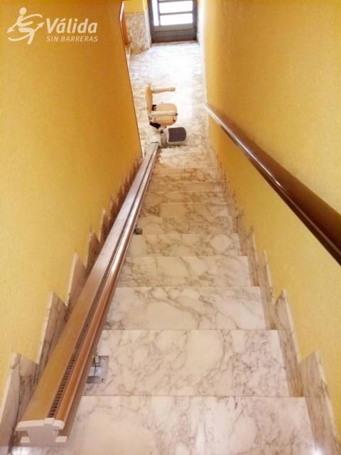 cadira elevadora per a persones d'avançada edat instal·lada a La Riera de Gaià