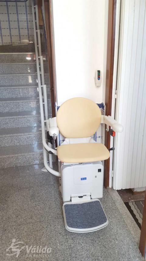muntatge cadira pujaescales per a millorar l'accessibilitat a Sant Feliu de Guíxols