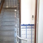 pujar i baixar escales amb cadira salvaescales per a salvar trams corbs