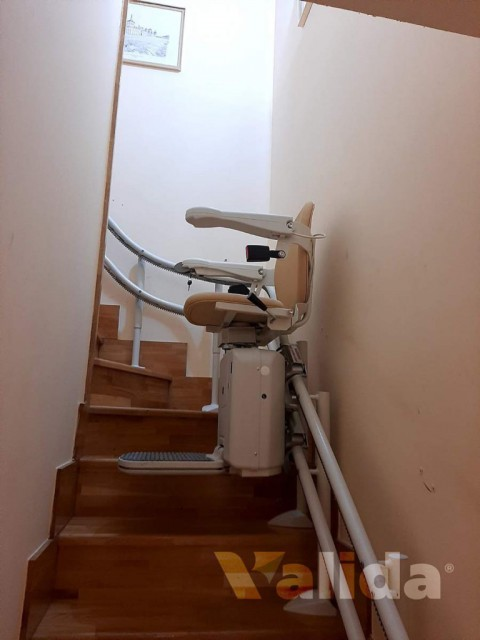 Cadira puja escales per escales amb corba