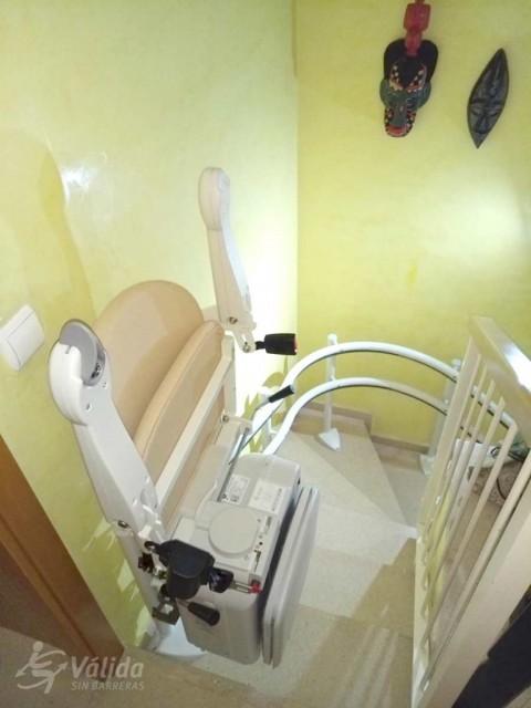 instal·lació de cadira elèctrica per a pujar i baixar a persones majors a Barcelona