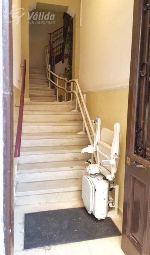 cadira salvaescales per a salvar un tram d'escales corb a Lleida