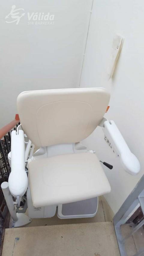 cadira elevadora per a millorar l'accessibilitat a comunitat de veïns