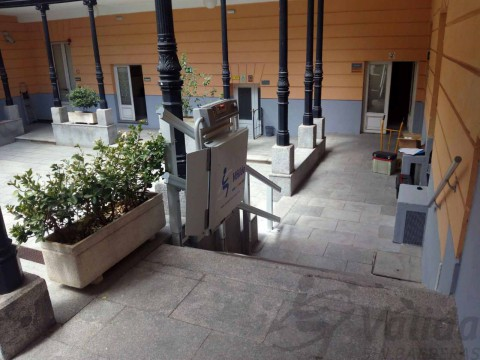 plataforma doble guia instalada en madrid en un patio