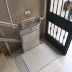 Pujar i baixar escales amb una plataforma elevadora per a persones en cadires de rodes