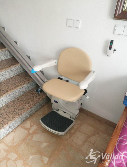 cadira salvaescales instal·lada en tram d'escala recte a interior de casa particular