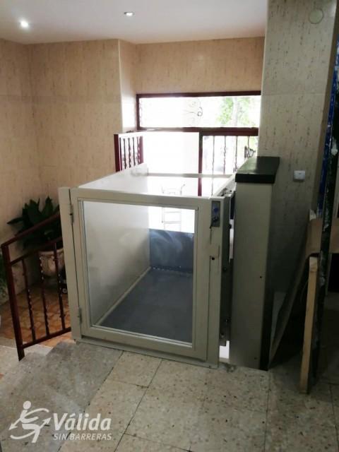 elevador de curt recorregut per a persones amb discapacitat o mobilitat reduïda